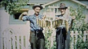 SPRINGFIELD, MISSOURI 1953 : Hommes tenant une lisse de long inconfortable attrapé de poissons trop banque de vidéos