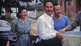 SPRINGFIELD, MISSOURI 1953: Stolze neue Mutter und Vati, die zum Abendessen mit Baby kommt stock footage