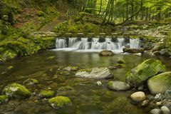 Springplanken over een rivier in Noord-Ierland Royalty-vrije Stock Afbeelding