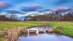 Springplanken in rivier Stock Foto's