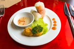 Springrolls рисовой бумаги стиля вьетнамца с глубоким зажаренным fishball Стоковое Изображение RF