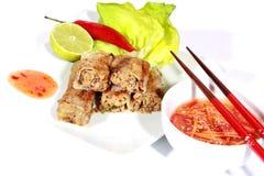 Springrolls friáveis no prato com salada Imagem de Stock Royalty Free