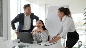 Springt de beambten grappige dans, gelukkige managers, jonge succesvolle mensen, succesvol overeenkomsten commercieel team stock footage