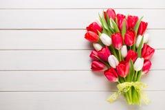 Springt-Zeit Roter Tulpenblumenstrauß auf dem weißen hölzernen Hintergrund stockfoto