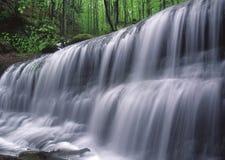 springtimevattenfall arkivbild