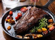 Sprinking-Seesalz auf einem Steak Lizenzfreie Stockfotos