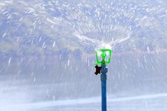 Sprinkler вода автоматическая в саде для моча травы стоковое фото rf
