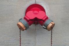 Sprinkler стена здания крышки сопла гидранта соединения непредвиденная Стоковая Фотография