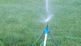 Sprinkleranlage, die an frischem grünem Gras arbeitet Aut Stockfoto