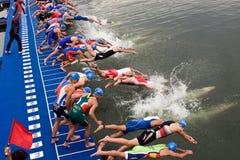 Sprintar den europeiska triathlonen för Cremona ITU koppen Fotografering för Bildbyråer