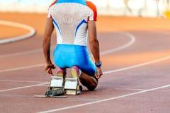sprintar den manliga löparen för rysslandslaget på starten för loppet Royaltyfria Foton