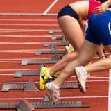Sprinten Sie Anfang in der Leichtathletik Stockbilder