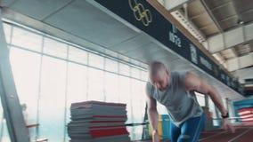 Sprinter που αρχίζει να τρέχει από την έναρξη απόθεμα βίντεο