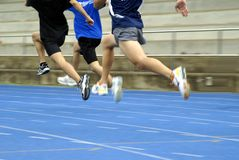 Sprinter che hopping sulla pista Fotografia Stock Libera da Diritti