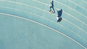 Sprinter che pratica con il paracadute allegato sulla parte posteriore video d archivio