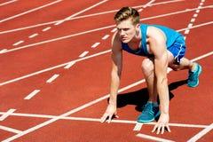 Sprinter, der fertig wird, das Rennen zu beginnen Lizenzfreies Stockbild
