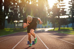 Sprinter, der Startblöcke auf der Laufbahn lässt Explosiver Anfang Lizenzfreies Stockfoto