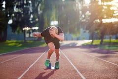 Sprinter, der Startblöcke auf der Laufbahn lässt Explosiver Anfang Stockfotos