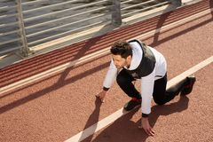Sprinter på löparbana fotografering för bildbyråer