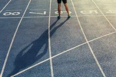 Sprinter se tenant sur la voie courante Images stock
