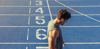 Sprinter se tenant sur la voie courante Photographie stock libre de droits