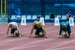 Sprinter sulla linea di inizio 100 m. Immagini Stock