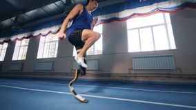 Sprinter workouts σε μια διαδρομή, που φορά το σύγχρονο βιονικό proshtesis απόθεμα βίντεο
