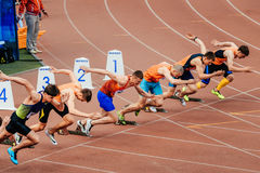 Sprinterläufer-Mannanfang, der 100 Meter laufen lässt Stockbild