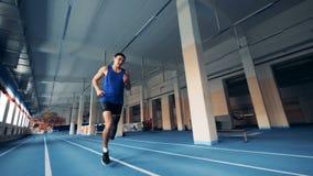 Sprintern bär benprotes, medan köra på ett spår, prosthetic ben arkivfilmer