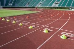 Sprinti l'inizio in pista ed in vicoli della pista corrente Fotografie Stock Libere da Diritti