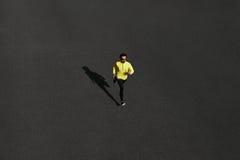 Sprinting человека бегуна взгляд сверху бежать для успеха на беге на blac Стоковое Фото