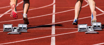 Sprintstart dans l'athlétisme photographie stock
