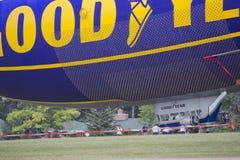 Spririt della fine del piccolo dirigibile di GoodYear su su terra Fotografia Stock Libera da Diritti