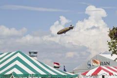 Spririt van Blimp GoodYear die over tenten vliegen royalty-vrije stock afbeelding