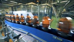 Spritfabriklokal med en transportband och flaskor av öl som fortskrider det lager videofilmer