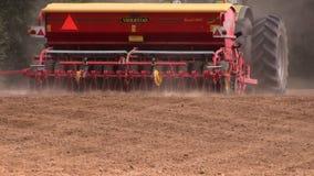 Spritt gödningsmedel- och suggafrö för traktor på åkerbrukt fält stock video
