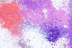 Spritt kopieringsutrymme för ögonskugga kosmetiskt pulver olik uppsättning som isoleras på vit bakgrund Begreppet av mode- och sk fotografering för bildbyråer