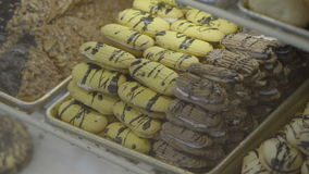 Spritz τύπων μπισκότα που γεμίζουν βουτύρου με τη σοκολάτα απόθεμα βίντεο
