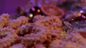 Spritz ciastek Bożenarodzeniowych ciastka na dekorującym stole zdjęcie wideo