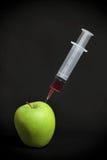 Spritze im grünen Apfel Lizenzfreie Stockbilder
