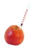 Spritze im roten Apfel, getrennt auf weißem Hintergrund Stockbild