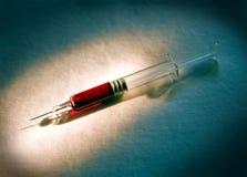Spritze mit Blut Stockbild