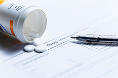 Spritze mit Glasphiolen und Medikationspillen mischen Drogen bei Stockfotos