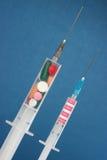 Spritze mit Medizin Lizenzfreie Stockbilder