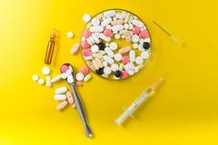 Spritze und bunte Pillen und Kapseln Lizenzfreies Stockfoto