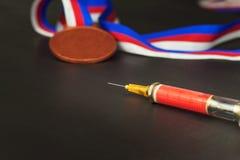 Spritze und Medaillen Lackierung im Sport Missbrauch von anabolen Steroiden für Sport Anabole Steroide verschüttet auf einem Holz Stockfotografie