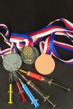 Spritze und Medaillen Lackierung im Sport Missbrauch von anabolen Steroiden für Sport Anabole Steroide verschüttet auf einem Holz Lizenzfreies Stockfoto