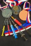 Spritze und Medaillen Lackierung im Sport Missbrauch von anabolen Steroiden für Sport Anabole Steroide verschüttet auf einem Holz Lizenzfreie Stockfotos