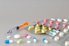 Spritze und Pillen Stockbilder