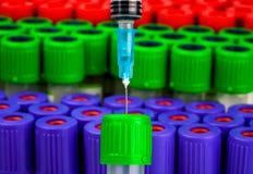 Spritze und Reagenzglas für Blutuntersuchung Lizenzfreies Stockfoto